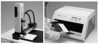 Appareil de dépôt automatique en CCM et de lecture de plaque. Applicateur Linomat IV programmable, et densitomètre mesurant la lumière réfléchie ou transmise par la plaque. Le schéma optique est assez semblable à celui d'un spectromètre UV/Visible (modèle Scanner 3, reproduit avec l'autorisation de la société Camag).